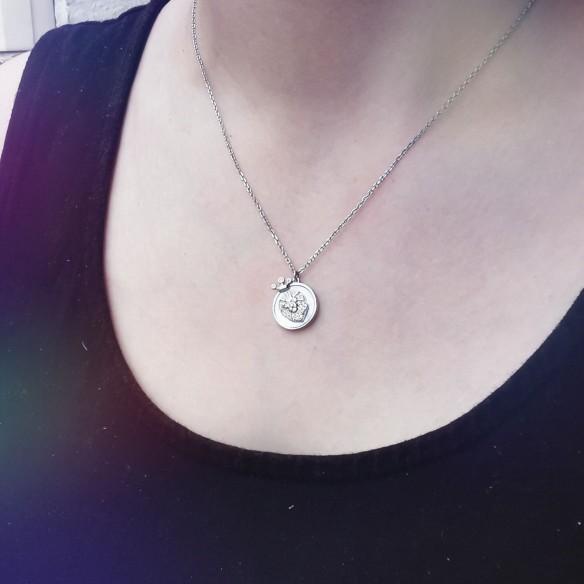 Sternzeichen Löwe in Silber mit Perlmutt und Zirkonia getragen