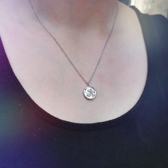 Sternzeichen Waage in Silber mit Perlmutt und Zirkonia getragen