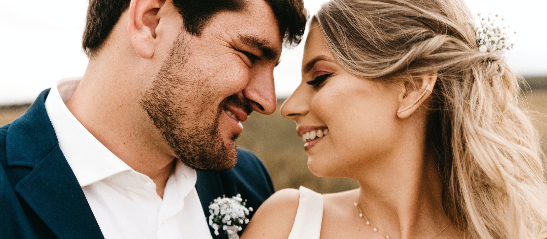 verliebtes Brautpaar mit Trauringen