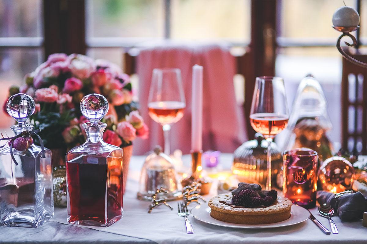 Verlobung bei romantischem Dinner