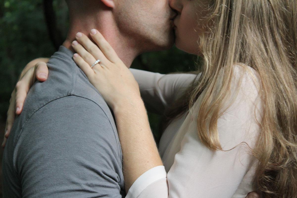 Küsse mit Verlobungsring