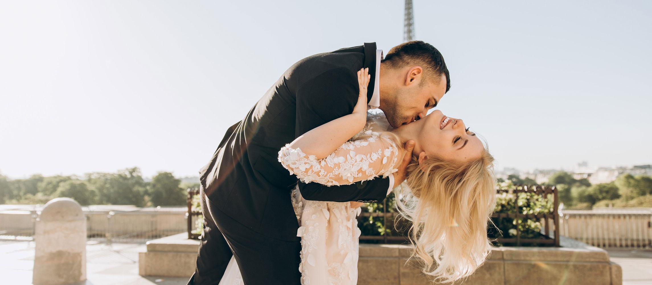 Brautpaar mit Trauringen