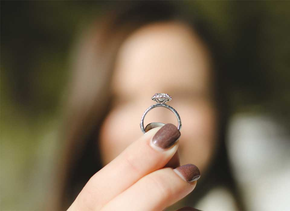 wo tr gt man den verlobungsring juwelier waschier diadoropartner dein online juwelier. Black Bedroom Furniture Sets. Home Design Ideas
