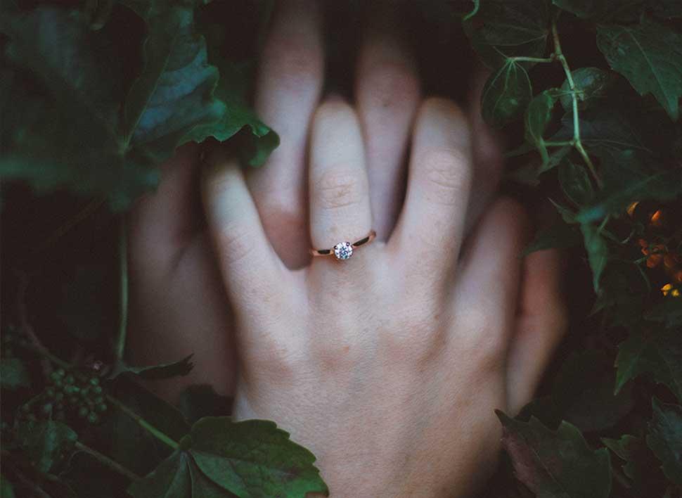 Verlobungsring auf der Hand