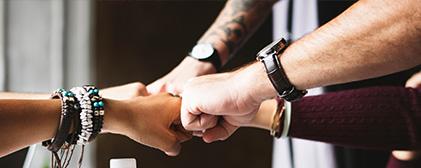 Menschen tragen Ihre Uhren auf die verschiedenste Weise